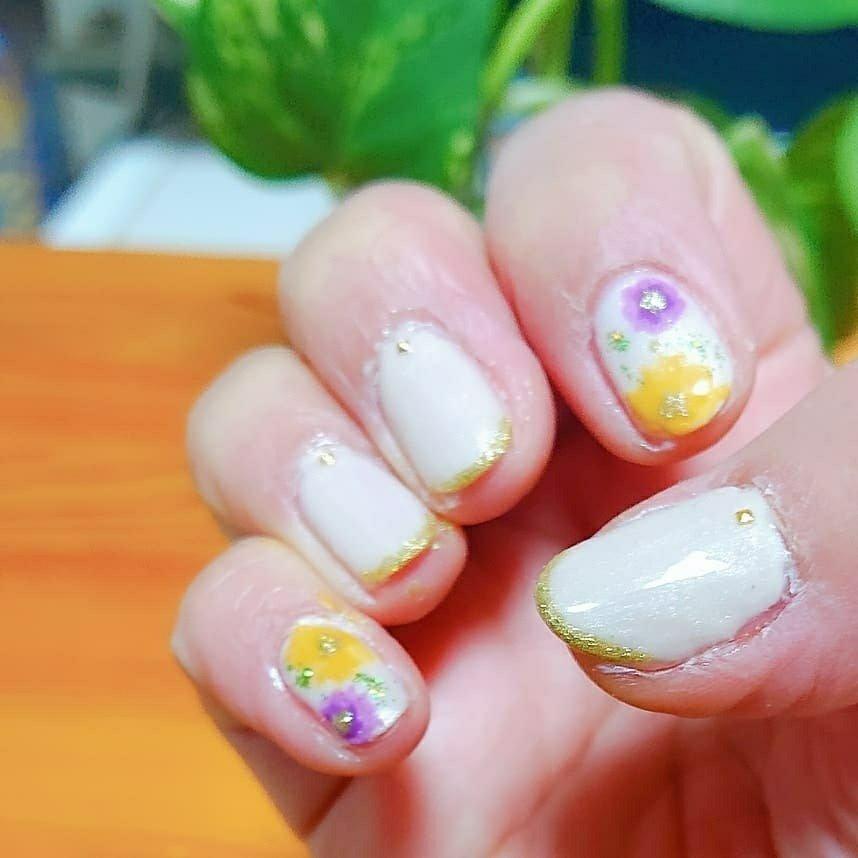 #春ネイル #花びらネイル #花柄ネイル #イエローベージュ #ゴールドライン #セルフネイル #しょうこ #ネイルブック