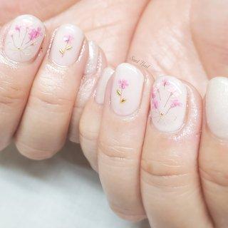 ふんわり優しいカラーに 押し花のピンクが映える 春ネイル🌸 #春 #入学式 #オフィス #デート #ハンド #ラメ #ワンカラー #フラワー #押し花 #ワイヤー #ショート #ホワイト #ベージュ #ピンク #ジェル #お客様 #Soel Nail #ネイルブック
