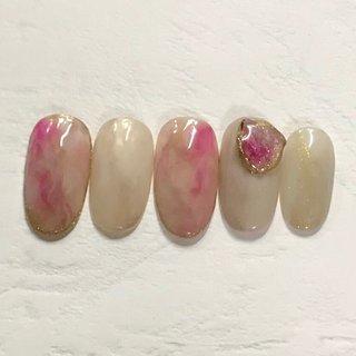 春のニュアンス天然石 カラーとパーツは変更可能です✨ #オールシーズン #リゾート #オフィス #大理石 #ニュアンス #ベージュ #ピンク #グレージュ #ジェル #ネイルチップ #nails tiroir #ネイルブック