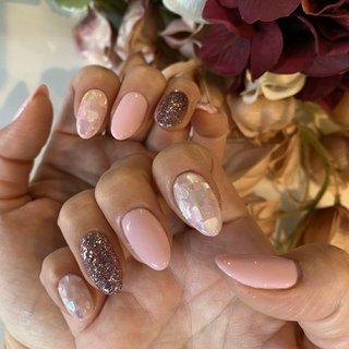 #春ネイル2020 春らしく薄めのピンクで人差し指と小指にはハートのホロの埋め込み。桜の花びらにも見えるアート。 #春 #ハンド #ホログラム #ハート #ミディアム #ピンク #ジェル #311 #ネイルブック