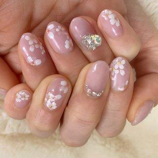 サクラサクネイル♡ 薄いパープルにホワイトを重ねた大人のピンクに、 桜のモチーフが可愛いです(^^) スワロやビジューのポイントで、開運もバッチリです!  #さくらネイル #桜ネイル #春 #卒業式 #入学式 #デート #ハンド #ワンカラー #ビジュー #フラワー #ショート #ベージュ #ピンク #パープル #ジェル #お客様 #Nanase #ネイルブック