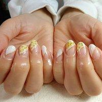 春ネイル2020♥️ パールが入った白いカラーに黄色いお花が映えますね✨ #斜めフレンチ#変形フレンチ#ドライフラワーネイル#フラワーネイル#春ネイル#春ネイル2020#大人ネイル #春 #オールシーズン #ハンド #変形フレンチ #フラワー #押し花 #ミディアム #ホワイト #ジェル #お客様 #bihimawari #ネイルブック