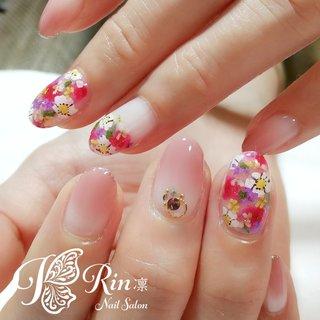 #ボタニカルガーデン  今の季節にぴったりな、華やかさのあるデザインです。 #春 #夏 #入学式 #ブライダル #ハンド #グラデーション #ビジュー #フラワー #押し花 #ミディアム #ピンク #レッド #カラフル #ジェル #お客様 #Rin-nail #ネイルブック