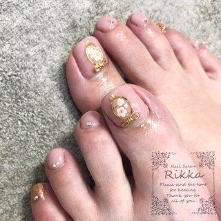 ハンドのネイルデザインを、フットネイルにアレンジ♡ . . ⚫︎爪が薄い ⚫︎爪が割れやすい ⚫︎爪を傷めずネイルをしたい ⚫︎ジェルネイルを続けて爪が薄くなった ⚫︎ジェルネイルの持ちが悪くなった ⚫︎爪を噛んでしまう ⚫︎品の良いネイルがしたい ⚫︎持ちの良いネイルがしたい そんな方はぜひ、Nail Salon Rikkaにおまかせください♡ . Nail Salon Rikka  0280-32-1402 . . #nail#calgel#gelnail#古河市ネイルサロン#境町ネイルサロン#野木町ネイルサロン#加須市ネイルサロン#ネイル#ネイルサロン#ネイルアート#カルジェル#ジェルネイル#オフィスネイル#jna認定ネイルサロン#茨城県古河市#手の病院サロン#手の病院サロン認定サロン#奇跡のハンドトリートメント#SOSOハンドエッセンス#手のスペシャリスト#手の病院サロン導入セミナー#セミナー情報#冬ネイル#ミラーネイル#3Dネイルアート#apres#東京#名古屋#群馬#ルビケイト導入サロン #春 #入学式 #旅行 #女子会 #フット #シンプル #ビジュー #フラワー #ブローチ #リボン #ピンク #ゴールド #ジェル #お客様 #NailSalon_Rikka #ネイルブック