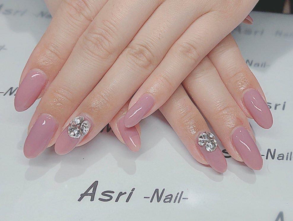 上品かつゴージャスに指先を彩り、どんな場面でも美しく華やかにみせてくれるネイルです #オールシーズン #入学式 #デート #女子会 #ハンド #ワンカラー #ビジュー #ミディアム #ピンク #ジェル #お客様 #Maki #ネイルブック