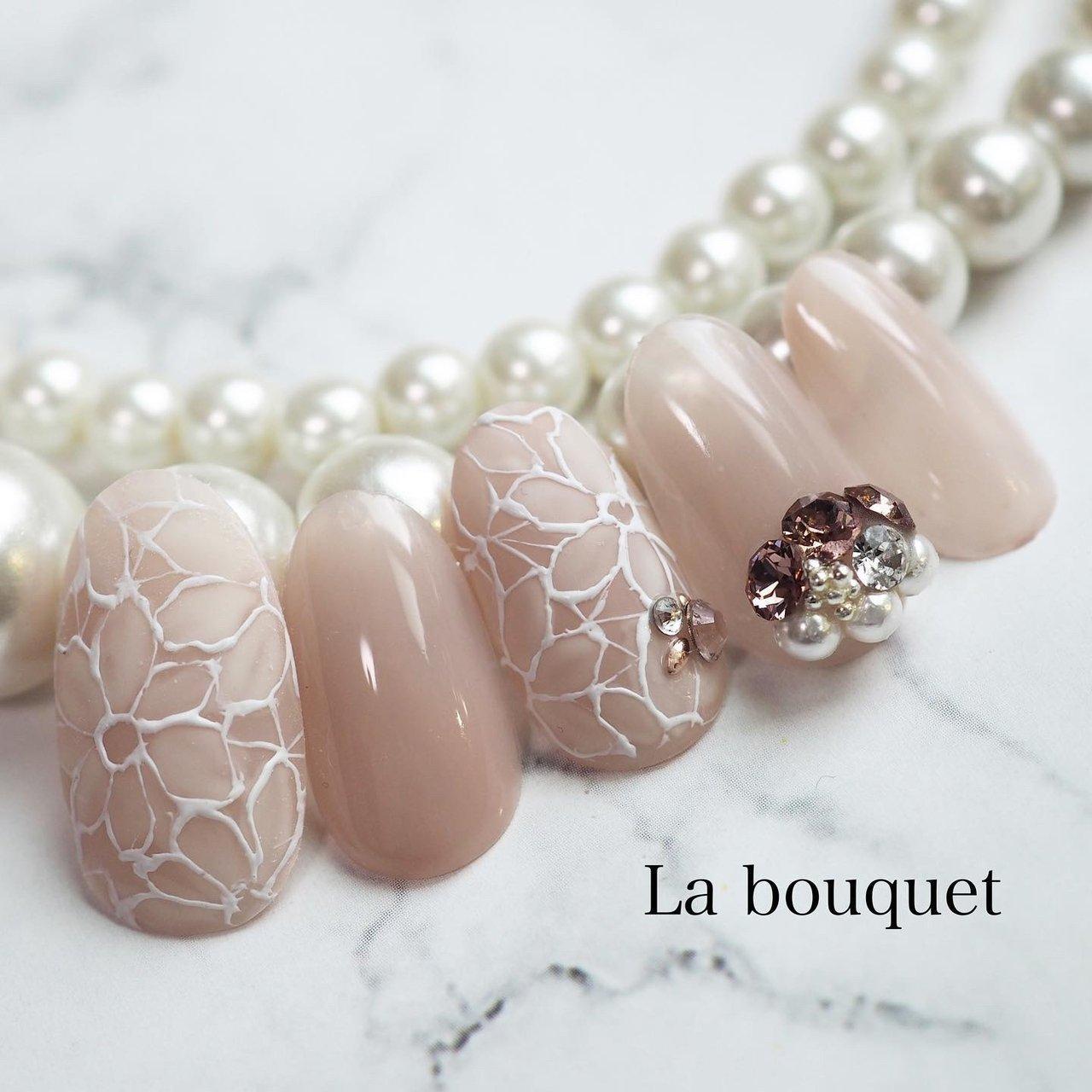 花嫁さん、 こんなブライダルネイルは いかがですか♡  フラワーアートに苦手意識のあるネイリストさん、 フラワーアートレッスンを受講して 自信を持ってブライダルネイルを 担当させていただきましょう♡  フラワーアートレッスン 受講生募集中です!  #ブライダルネイル #ウェディングネイル #花嫁さんと繋がりたい  #bridalnail #wedding #La bouquet ウサミレナ #ネイルブック