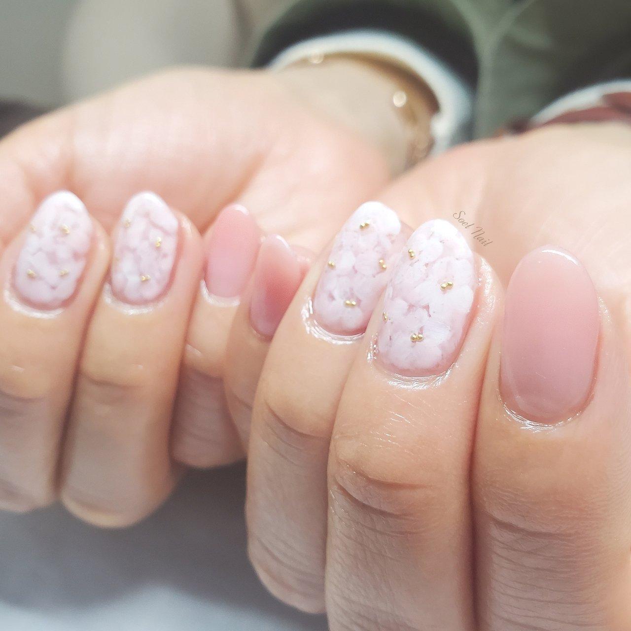 桜ネイル🌸 季節を楽しむ春を楽しむネイル♪ #春 #入学式 #オフィス #女子会 #ハンド #シンプル #グラデーション #フラワー #ミディアム #ホワイト #ピンク #ゴールド #ジェル #お客様 #Soel Nail #ネイルブック