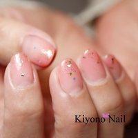 今が旬の桜カラーネイル🌸💅 桜がひらひらするイメージをグリッターで表現してみました😃ほんのり色づく指先がとってもきれいですよ♪     ネイリスト きよの ただいま土曜日の新規ご予約をストップしております。ご迷惑をおかけいたしますがよろしくお願いいたしますm(__)m   ・・・・・・・・・・・・・・・・・・  佐世保市ネイルサロン キヨノネイルは 爪を痛めにくいネイル施術と 上品なネイルが得意なネイルサロンです😊   🌹こんな方にオススメです🌹  ・ネイルは初めてだけど、 爪が傷むと聞いて怖いと感じる ・上品なネイルデザインをしてくれるサロンを探している ・「爪に優しい」って聞いてフィルインをしてみたい ・若い人より落ち着いたネイリストがいい ・深爪、横広い爪をなんとかしたい  ・・・・・・・・・・・・・・・・・・ 🌹ご予約・お問い合わせ🌹  LINE にて🆔mcf7154l を検索→友達追加 メッセージお待ちしております😃  🌹営業時間🌹  火曜〜土曜 午前10:00〜 午後13:30〜 ※3日前までにご予約ください🙇♂️ 日、月、祝日はお休みを頂いております。  🌹住所🌹  上相浦美容室ボーロアール内(駐車場・キッズスペース有り) #春 #ハンド #グラデーション #ミディアム #ピンク #ジェル #お客様 #きよの #ネイルブック