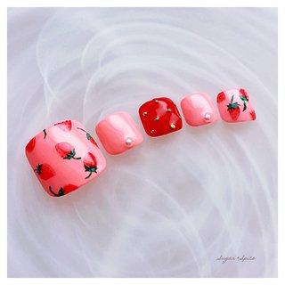 いちごネイル イチゴネイル #春 #オフィス #デート #女子会 #フット #シンプル #パール #フルーツ #ピンク #レッド #グリーン #ジェル #ネイルチップ #sugar_spice_k #ネイルブック