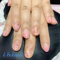 ピンクグラデーションに押し花と、塗り残しで遊び心の春ネイル #春 #オフィス #デート #女子会 #ハンド #グラデーション #シェル #ニュアンス #押し花 #ショート #ピンク #イエロー #パープル #ジェル #お客様 #kyoko k&knail #ネイルブック