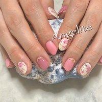 小振りな薔薇がとっても素敵なオフィスネイル✨ くすみ系のピンクを入れて落ち着いた印象に💕 #海老名ネイルサロン #エンジェライト #完全個室 #コインパーキング隣 #薔薇 #ショートネイル #くすみピンク #春ネイル #春 #ハンド #ワンカラー #フラワー #ショート #ホワイト #ピンク #ジェル #お客様 #Angelite #ネイルブック