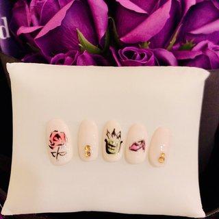 #オサレネイル #薔薇ネイル #キラキラストーンネイル #手描きアートネイル #ホワイトネイル #オールシーズン #L.vevi エル・ヴェヴィ #ネイルブック