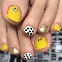 黄色って可愛いし元気出るビタミンカラーよねっ♡ 水玉も可愛い #春 #フット #シンプル #ホログラム #ショート #イエロー #モノトーン #ジェル #お客様 #nailsalon_sirene #ネイルブック