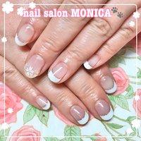 白フレンチとお花がかわいいネイル😍 #春 #ハンド #フレンチ #フラワー #ホワイト #nail salon MONICA 🐾 #ネイルブック