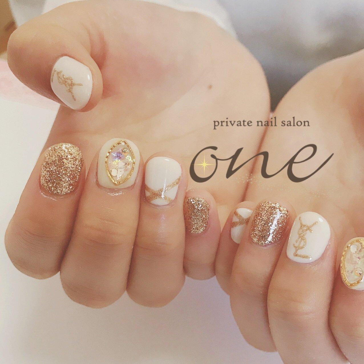 キラキラ多めに大人ぽく仕上がりました✨ #イブサンローランネイル #ysl #春 #オールシーズン #ラメ #ビジュー #ブランド柄 #ホワイト #ゴールド #private nail salon one #ネイルブック