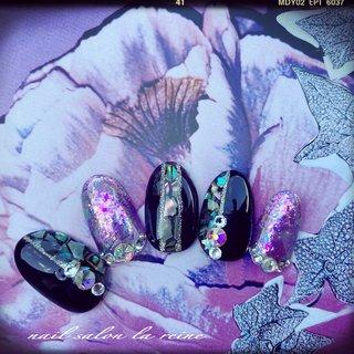 シェルを使ったダークな春ネイル💅★*  イメージ先行で作ったら 季節感が置き去りになったアート🤩   ‧✧̣̥̇‧✦‧✧̣̥̇‧✦‧✧̣̥̇‧✦‧✧̣̥̇‧✦ 奈良大和郡山ネイル nail salon la reine ‧✧̣̥̇‧✦‧✧̣̥̇‧✦‧✧̣̥̇‧✦‧✧̣̥̇‧✦  #春ネイル #ネイルサンプル #ネイルアート #シェルネイル #ゴージャスネイル #個性派ネイル #派手ネイル #ネイルすきな人と繋がりたい  #奈良ネイル #大和郡山ネイル #新作オリジナル #ネイルチップ #ダークカラー  #美甲 #サンプルチップ #ハンド #ホログラム #シェル #ブロック #パープル #ブラック #シルバー #ジェル #ネイルチップ #Akiko #ネイルブック