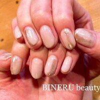 グレージュカラーにシャンパンゴールドのミラー✨シンプルだけどツヤツヤでとっても綺麗です💕 #グレージュカラー #お仕事ネイル #ミラーネイル #BINERU beauty #静岡ネイルサロン #BINERU beauty #ネイルブック
