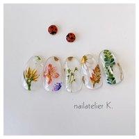 ▷▷ ボタニカルネイル🌿  ボタニカル、というより お花や葉っぱの 色味を残した押し花をイメージして作りました✨  お客様のご希望で いろいろな種類を描いています🎨  クリアカラーの上に描くと 自爪のピンクが透けて色がぼやけるので アートはより鮮やかに描いています❣️   @nailatelier.k #ハンド #フラワー #シースルー #ボタニカル #クリア #アースカラー #カラフル #ジェル #ネイルチップ #nailatelier_k #ネイルブック