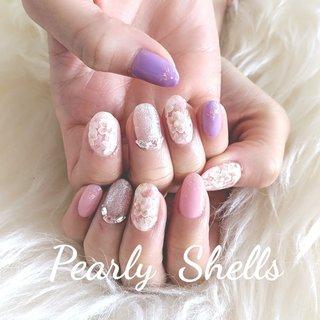 かわいいSPRINGNail 桜が立体に見えるデザインです🌸 ラベンダーカラー と桜ピンクのアシメカラーがおしゃれでかわいいです。 #ハンド  #スプリングネイル  #スプリングネイル2020  #ラベンダーカラー #サクラネイル #キラキラネイル #ハンド #pearly.shell.s #ネイルブック