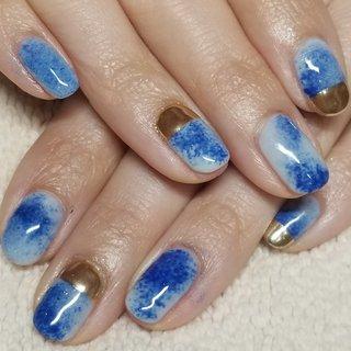 くすみ感のあるパステルブルーベースに 濃いめのブルーをじんわり滲ませてみました😉  ゴールドのポイントミラーが デザインを引き締めてくれてますね☆ #春 #ライブ #女子会 #ハンド #ワンカラー #ニュアンス #スターフィッシュ #バイカラー #ミラー #ショート #水色 #ブルー #ゴールド #ジェル #お客様 #hyLovesNAIL #ネイルブック