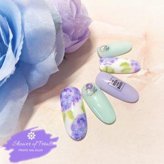 今季トレンドカラーのミントグリーンと水彩画風の紫陽花(あじさい)を合わせたデザイン♪  個人的にこの色の組み合わせ好きです笑  こちらのデザインはハンド選べる定額パーティーコースでお選びいただけます。  ご予約のお問い合わせは ホームページ: https://www.showerofpetals.com ネイルブック: https://nailbook.jp/nail-salon/26914/ またはEmail: infoshowerofpetals.com より随時受け付けておりますのでお気軽にお問い合わせください。 #ジェル #ネイル #プライベートサロン #ハンド #キャンペーン #美爪 #オフィス #パラジェル#あじさいネイル#大人可愛い #駅近 #定額デザイン #クーポン #スパリチュアル #認定サロン #エアジェル #ミントグリーン#大田区 #春ネイル#リーフジェル #naildesign #japannail #sparitual #privatenailsalon #tokyo #airgel #swarovski #paragel #followme #春 #梅雨 #七夕 #浴衣 #ハンド #シンプル #ワンカラー #フラワー #たらしこみ #ニュアンス #グリーン #パープル #パステル #ジェル #Hitomi.S #ネイルブック