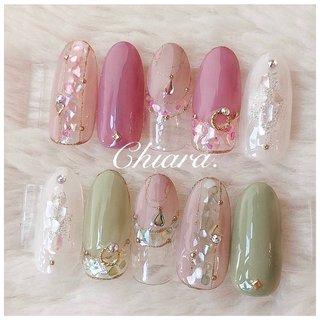 *    春夏サンプルより 💍♡   #green . vr  &  #pink . vr ♡   他のカラーも素敵です ♪ ✨         Instagram → yochan4.nail #春 #夏 #オールシーズン #パーティー #フレンチ #変形フレンチ #ビジュー #シェル #チェーン #ピンク #グリーン #YokoShikata♡キアラ #ネイルブック