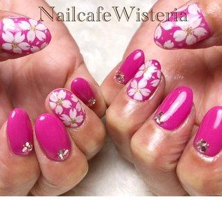 続けて桜ネイル🌸 ショッキングピンクで派手目な桜ネイル🌸💕  #桜ネイル #桜 #春ネイル #手書きアート #春 #ハンド #ホワイト #ピンク #nailcafewisteria #ネイルブック