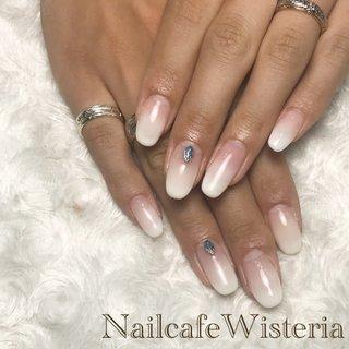 ベイビーブーマー💅🏻💓  白のグラデーションかわいいですね😍  爪も長くてより綺麗です…❤️  #ベイビーブーマー #グラデーション #ホワイト #コンチョ   ※コンチョは別途料金 #シンプル #グラデーション #ホワイト #ベージュ #nailcafewisteria #ネイルブック