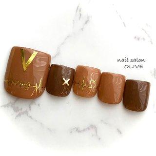 👡foot nail     #笑顔nail #フット  #footnail  #大人可愛い #キャメル #チョコレート #シンプル #キレイ系ネイル  #ゴールド #オールシーズン #フット #シンプル #ワンカラー #ブラウン #ゴールド #ジェル #ネイルチップ #nail salon OLIVE #ネイルブック