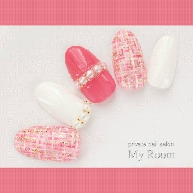 ベリーピンクをメインからーにしたツィードネイル♪パールリングもかわいい(*^^*) #ツイード #パール #デート #秋 #ピンク #ホワイト #ハンド #ミディアム #チップ #my_room #ネイルブック