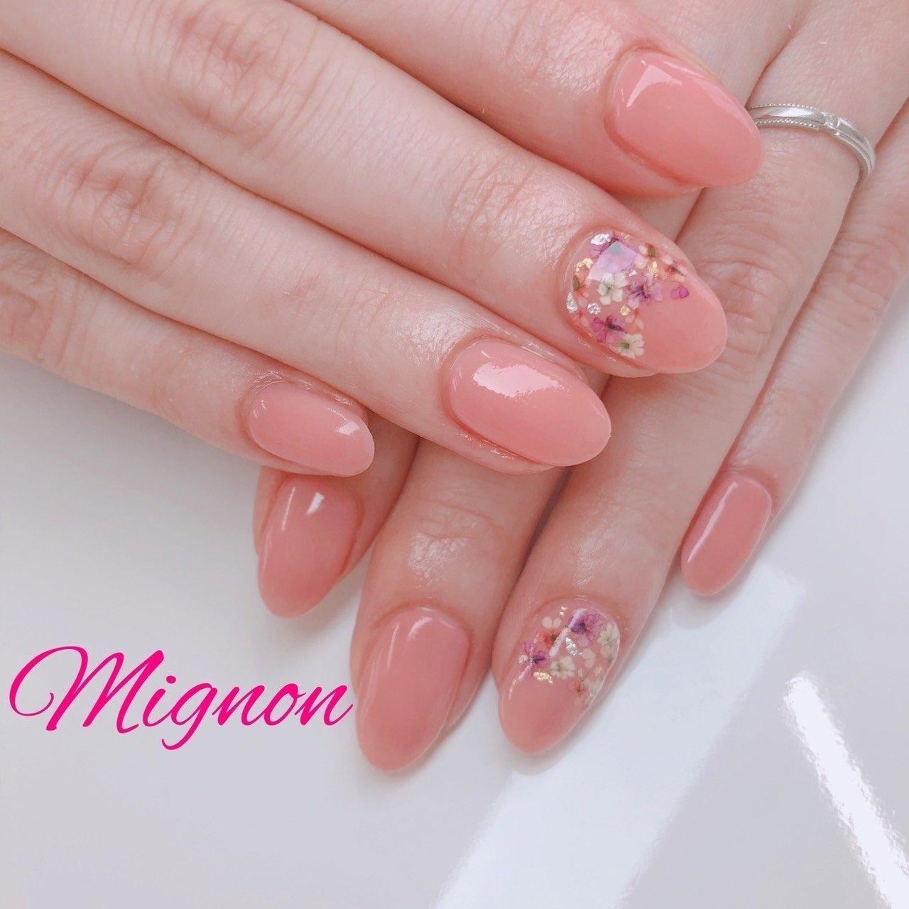 ワンカラーに人気の押し花を根本から🌸 カラーもお花も可愛いです💓 #春 #オールシーズン #デート #女子会 #ハンド #シンプル #ワンカラー #押し花 #ピンク #ジェル #Mignon #ネイルブック
