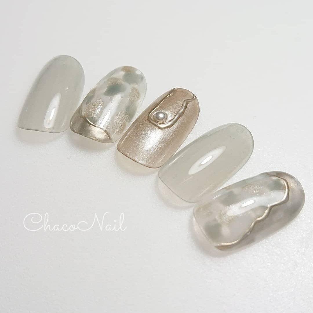 ・ まだご案内していませんでしたが💦 ・ 先日新色が入荷してサンプルもお作りしてます😊 ・ @misa_by_novel 先生プロデュースカラーと #ダズルミラー を使用して清涼感あるデザインに。 ・ 新色のお色違いもおすすめですので ご来店の際にまたご案内しますね🙋 ・ ・ ・ ・ ・ ◆ジェルのもちが悪い ・ ◆ケアを丁寧にやってもらいたい ・ ◆爪が痛んで伸ばせない そんなお悩みのある方ご相談承ります。  完全予約 ※只今短縮営業中 9:30~or10:00~ (平日・土曜) ※日曜・祝祭日・お時間の前後等 ご要望はご予約の際ご確認下さい。  サロンへのご予約・お問い合わせは 予約サイト 「ネイルブック」よりお願い致します。  ーーーーーーーーーーーー  #プライベートネイルサロン#横浜市南区ネイルサロン#井土ヶ谷#chaconail#チャコネイル#一層残し#フィンイン#爪育ネイルサロン#弘明寺#南太田#黄金町#黄金町#上大岡#上大岡#横浜ネイルサロン#ネイルブック#ネイルサークル#ネイルアート#マオジェル#マオジェル導入サロン横浜#スマートレーサ導入サロン#フィルイン導入サロン横浜#井土ヶ谷ネイルサロン #春 #夏 #オールシーズン #ハンド #パール #ニュアンス #ミラー #メタリック #スモーキー #ジェル #ネイルチップ #Chaco Nail #ネイルブック