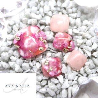 Summer foot nail designs. 今日は、ピンクに元気カラーのオレンジを少しだけ加えたコーラルピンクのローズクォーツ宝石ネイル💎 ・ ベースにシェルをサンドしているので、角度によってオーロラに光るのが気持ちいいネイルです✨ 女性らしくて可愛い仕上がり❤️ ・ 今日も皆さまにとって、ハッピーな一日になりますように💅❣️ #nail #summernails #footgel #gelnails #gelnaildesigns #summer2020 #fashion #beauty #nailart #pedigel #AYANAILZ #夏 #海 #リゾート #浴衣 #フット #ビジュー #シェル #タイダイ #大理石 #たらしこみ #ホワイト #ピンク #オレンジ #ジェル #ネイルチップ #AYA #ネイルブック