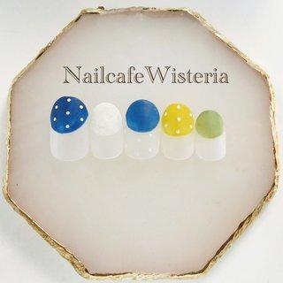 ショートネイル⭐︎💕  丸フレンチにドットでマット仕上げです✨ おしゃれさんに…!!💅🏻  #マット #丸フレンチ #ドット #フレンチ #変形フレンチ #マット #イエロー #グリーン #ブルー #nailcafewisteria #ネイルブック
