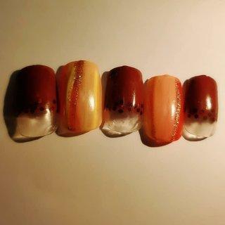 ベースにブラウンのフレンチの上に同系色のホログラムを秋の栗。ポイントデザインにニュアンスに縦ラインをレッド、ピンク、イエロー、シルバーを入れて秋の紅葉をイメージしている。  最新の空き状況は下記URLからご確認ください。 https://nailbook.jp/nail-salon/22554/reservation/  #プライベートネイルサロンmooreturn #モーリターン #mooreturn #福山市加茂町おうちサロン  #福山市加茂町mooreturn  #福山市パラジェル  #福山市ネイルサロン  #福山市加茂町ネイル  #福山市加茂町  #福山市プライベートネイルサロン  #福山市加茂町八軒屋  #福山市  #福山市ネイル  #福山 #福山ネイル  #福山市ママ #福山ママ  #福山ネイルサロン #福山ネイルサロンmooreturn #福山市駅家町 #福山市御幸町 #福山市神辺町 #福山市新市町 #広島県府中市 #秋ネイル #大人可愛いネイル  #オフィスネイル #秋 #オールシーズン #オフィス #女子会 #ハンド #シンプル #フレンチ #ホログラム #ストライプ #木目調 #ショート #ブラウン #カラフル #ジェル #ネイルチップ #moo_return #ネイルブック