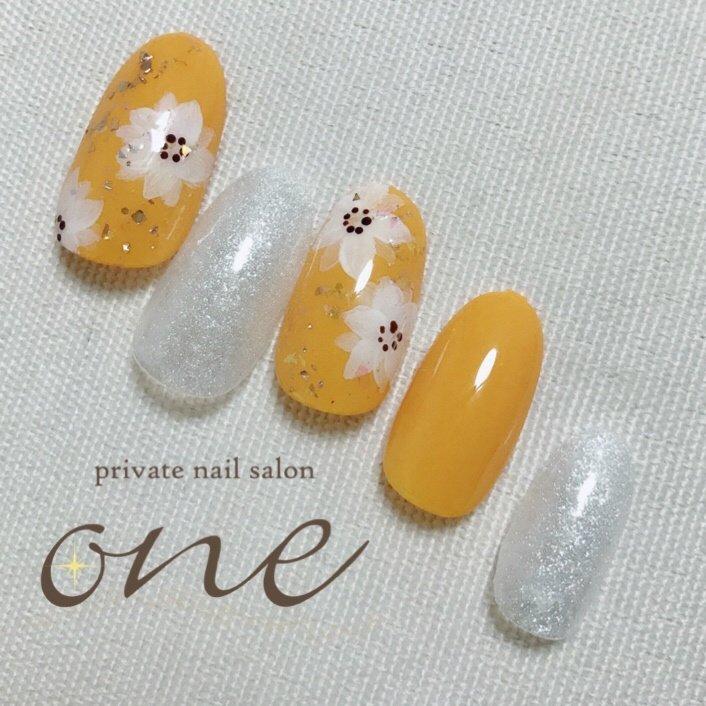 明るい気分にしてくれそうなイエロー #イエローネイル #夏 #フラワー #春 #夏 #オールシーズン #ワンカラー #フラワー #ホワイト #オレンジ #イエロー #private nail salon one #ネイルブック