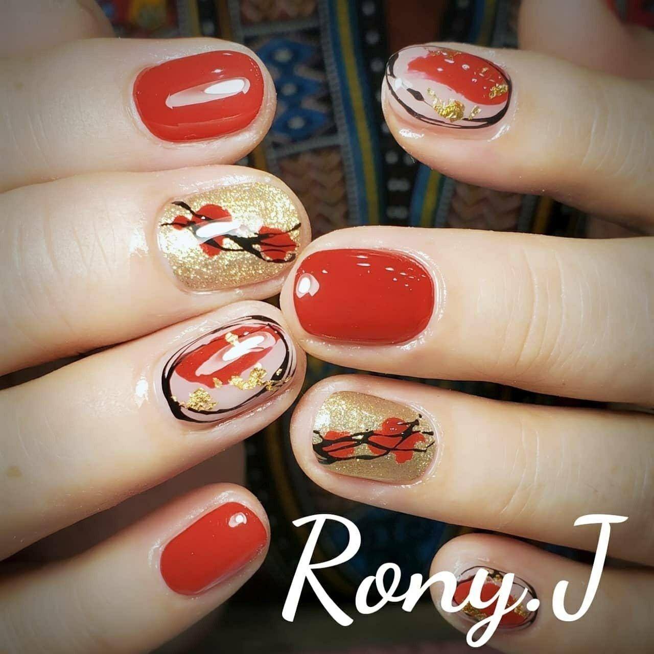 粋な赤ネイル🎶  #赤ネイル#rednails#ronyj #奈良ネイル #和柄ネイル #オールシーズン #お正月 #成人式 #浴衣 #ハンド #くりぬき #シースルー #ニュアンス #ショート #レッド #ブラック #ゴールド #ジェル #お客様 #Rony.Jaya #ネイルブック