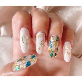 カラーシェルを敷き詰め、ホワイトベースのニュアンスデザインとミックス‧✧̣̥̇‧   #nail#nails#gelnail#nailart#nailstagram#instanails#coordinate#springnails#summernails#ネイル#ネイルアート#ジェルネイル#大人ネイル#シェル#コーデ#ニュアンスネイル#シェルパーツ#ホワイト #春 #夏 #ホログラム #ラメ #シェル #ボヘミアン #ニュアンス #ロング #ホワイト #グリーン #ゴールド #wr #ネイルブック