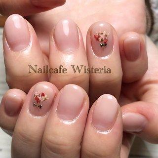 ピンクのカラグラにドライフラワーで花束💐💓 可愛らしいネイルです💅🏼💓  #カラーグラデーション  #ドライフラワー #オフィスネイル #オフィス #ハンド #グラデーション #押し花 #ピンク #ジェル #nailcafewisteria #ネイルブック