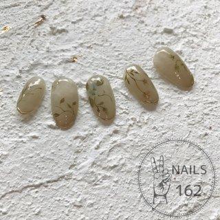 濁った色、いや、ダスティカラーに繊細な植物、いや、ボタニカル。 言葉選びでボロが出ます。  #nail #nailart #ネイル #ボタニカルネイル #フラワーネイル #ダスティカラー #手描きアート #メタリック #大人ネイル #個性派ネイル #成増ネイル #板橋ネイル #練馬ネイル #6月1日からぼちぼち営業いたします #ネイルサロンで信用を得るスマートな言葉講座求む #擬音語擬態語のオンパレード #お爪はちょんちょろりんに短くしちゃってよろしいですか? #ちょんちょろりんて #昔働いてたサロンの同僚が #ちょりんちょりんて使ってるの気になってた #ちょりんちょりんの爪 #そのサロンスタッフは #頑固な甘皮を #剛甘って呼んでた #オールシーズン #ハンド #フラワー #アンティーク #ショート #アースカラー #ジェル #ネイルチップ #NAILS 162 #ネイルブック