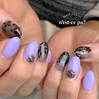 シースルーブラックにライラック  この色合わせ大好きです😌  #nail #nails #naildesign #nailsalon #jelnail #japan #instanail #fashion #nailart #summernails #springnails #ネイル #ネイリスト #ネイルデザイン #ネイルサロン #ジェルネイル #夏ネイル #春ネイル #ネセパネイル #さいたま市ネイルサロン #東浦和ネイルサロン #さいたま市ネイルスクール #東浦和ネイルスクール #夏 #梅雨 #フラワー #パープル #ブラック #ジェル #ネセパネイル salon&school #ネイルブック