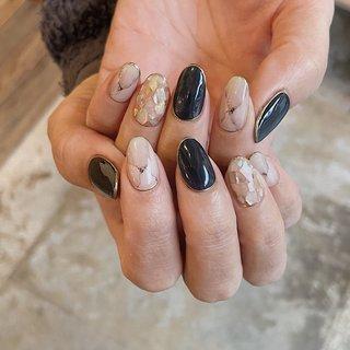 #stonenails / #shellnail #instagram☞@mnkaori #夏 #オールシーズン #旅行 #リゾート #ハンド #シンプル #ホログラム #シェル #アンティーク #大理石 #ミディアム #ベージュ #ネイビー #ゴールド #ジェル #お客様 #CORAL #ネイルブック