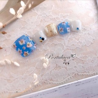 小花ネイル🧚🏻♀🌱️🐣 . . . ブルーのシースルーに、水彩風に小花を描いたデザインです☺︎ . . .  #早く終息しますように . . いつもありがとうございます♬ . . ︎. ︎...................................................................... . . . . #大人かわいいネイル#大人可愛い #花ネイル #春ネイル#春夏ネイル #春夏フットネイル#手描きネイル #フットネイル #フラワーネイル #小花ネイル#水彩風ネイル#ニュアンスフラワー#シースルー #フラワー #シースルー #ニュアンス #ブルー #グレー #カラフル #Portulaca #ネイルブック