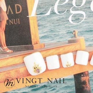 海にぴったり ホワイトカラーフットネイル コーディネートに困らない ホワイトカラー サンダルとの相性バッチリ◎ 大人ネイル #夏 #海 #リゾート #フット #シンプル #ミディアム #ホワイト #ペディキュア #ネイルチップ #VINGT_NAIL #ネイルブック