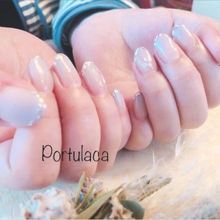 グラデーション♡  #グラデーション #くすみカラー  #くすみパープル  #梅雨ネイル #夏  #ホロラメ  #シェル  落ちついたくすみパープルにホロラメが綺麗ですね〜♪薬指にシェルと糸のアクセントがついてますぅ☺︎   いつもありがとうございます♡ #グラデーション #ホログラム #ラメ #パープル #スモーキー #Portulaca #ネイルブック