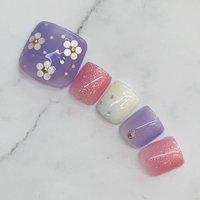 この時期の#淡い紫 は#紫陽花 とイメージが重なるようで人気があります。#透明感カラー と#白 で#涼しげ なデザインです。#和風 のイメージでもあるので、#浴衣 にも合いそうです!#ホログラムのお花 が可愛い、#女性らしいデザイン です。 #春 #夏 #浴衣 #オフィス #フット #シンプル #ホログラム #ラメ #ワンカラー #オーロラ #ショート #ホワイト #レッド #パープル #ジェル #ネイルチップ #Hiroko Yamamoto #ネイルブック