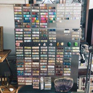 ・   𝑵𝑬𝑾  𝑠𝑎𝑚𝑝𝑙𝑒 𝑏𝑜𝑎𝑟𝑑    もう、2つMILLSさんで オーダーしていた!  #カラーチャート とパーツを ディスプレイするもの。    カラーチャートは今までは サンプルボードの右下に一部のカラーしか 置いてなかったのですが せっかく沢山あるカラーを ちゃんと見て頂きたいのと ダストがつかないようにしたくて このようなL字のものをオーダー致しました!   お客様がカラーを選びたい時は下に移動して 近くでカラーを見ることができて ネイルサンプル同様に外して爪に当ててみることも可能です!   カラーチャートもいろいろ作り直して やっとしっくりする感じにまとめられて お客様も選びやすくなって大満足♡    自分がやりたかった幻想的なデザインや 石を表現することが少しずつ出来るように なってきてmysticalgemの デザインの方向性も変わってきていると思います。  あと、22個サンプルが増えると サンプルボードにネイルが飾りきれなくなりますが ここに飾りきれる範囲で デザイン作り変えたりしながら 常に新しいものも取り入れていきたいと 思っています。    #mysticalgemsample         〈🦠新型コロナウイルスに対する当サロンの対応〉  🔺まず当サロンは、一対一の施術になり 施術者の私は、🏠一人暮らしで、 🚃電車通勤などもありません。  mystical gemでは、 お客様に安心してご来店いただけるよう 下記の対策を実施しております↓  👤お客様と施術者の間にアクリルの仕切り (スニーズガード)を設置しております。  ・施術者マスクの着用 ・いつも以上の使用器具 及び 店内の消毒 ・手指・ドアノブ等の消毒  ・施術中、手袋をしております。  🛋クッションからソファーにかけても タオルをかけることに致しました。 お一人お一人変えさせて頂きます。  ✋🏻アームレスト(お客様が手をおく場所)にも キッチンペーパーを使用し お一人お一人で交換しています。  🧥上着などもカゴにお客様、ご自身で入れて頂き 私が触れることもないようにして参りますので ご協力お願い致します。  🧴ご来店されて、すぐ玄関で一旦アルコール消毒させて頂きます。  ☀️施術中、窓は開けっぱなしで 施術させて頂きますので 冷える日❄️などは暖かい格好などでお越し下さい。  空気除菌・脱臭器 ユニリターン を設置しています。  インフルエンザウィルスやカビ菌を99.9%を除去 紫外線ランプから放射される紫外線には微生物や細菌を殺す強い作用があり、ご家庭やオフィスなどの空気中に浮遊するウィルスや細菌を99.9%除去します。  💧加湿器バルミューダ Rain を使用し、 サロン湿度を常に50%〜60%に保っています。  🐩現在、犬のサクラも膝の上には 乗せないように致しております。    ──────────────────── メニューは、インスタTOPのURLから、 ご確認下さい。    📷ネイル画像の保存について  ネイルチップに関しては 基本的に削除はせず  mysticalgemsample  のタグから一覧をみることが 出来るように致しました。 (インスタTOPにタグ🏷してあります。)  お客様のネイル撮影に 関しましては アーカイブに移動して 投稿一覧からは見れない場合も ございますので  気になるデザインは、 必ずスクリーンショットで 保存頂けますようお願い致します。  ────────────────────  🔺店頭に置いてあるサンプルは、 配置を組み替えたり新しいものに代わって いきますので 気になるデザインは必ずスクショ保存 して当日お持ち下さい。  🔺メニューでどちらを選択していいか 分からない場合、DMから連絡下さい。 ご予約を既にされている方は、 予約サイトからお願い致します!  🔸前日・当日キャンセルが 続くお客様、 初回のお客様で当日直前のキャンセル をされた方は 次回からのご予約を承れなくなる ことがありますのでご了承下さい。   𝐦𝐲𝐬𝐭𝐢𝐜𝐚𝐥𝐠𝐞𝐦  🐩 #トイプードル のいる #プライベートネイルサロン #kiyosumishirakawa #清澄白河mysticalgem #清澄白河ネイルサロン #清澄白河ネイル #清澄白河 #現代美術館 #ジェルネイルデザイン  #ニュアンスネイル #ヴィンテージネイル #個性派ネイル #ネイルアート #透け感ネイル #天然石ネイル #ミラーネイル #水天宮前ネ #オールシーズン #オフィス #ブライダル #ネイルチップ #𝐦𝐲𝐬𝐭𝐢𝐜𝐚𝐥 𝐠𝐞𝐦 #ネイルブック