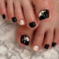 ビジューフット👣  そろそろサンダルの季節なので大きめのストーンを乗せても可愛いです😍  #フットネイル#ブラックネイル#黒ネイル#ストーンネイル#ビジューネイル#ワンカラーネイル#グリッターネイル#夏ネイル#大人ネイル#上品ネイル#nails#footnail#blacknails#stonenails#横須賀ネイルサロンbraveryrose #夏 #冬 #パーティー #女子会 #フット #シンプル #ワンカラー #ラメ #ビジュー #ショート #ブラック #シルバー #ジェル #お客様 #Bravery Rose🌹 ブレイブリーローズ #ネイルブック