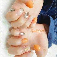 柔らかなオレンジとミラーネイルの相性がバッチリの1本1本が楽しいデザイン✨ #オールシーズン #梅雨 #デート #女子会 #ハンド #アンティーク #水滴 #ミラー #ワイヤー #ホワイト #オレンジ #メタリック #ジェル #お客様 #nail221b #ネイルブック
