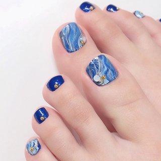 ・ ペディキュアで親指はマーブルアート💙 手はジェル、足はポリッシュ派の方多いです😊 ・ ・ 6/2より通常の営業再開いたします! 6/1は定休日です。 ・ ✔️似合うネイル ✔️気持ちが上がるネイル ✔️もちが良い ✔️自爪をなるべく傷めない ・ #オーダーメイドネイル #質感調整ネイル #透明感ネイル #手が綺麗に見えるネイル #ジュエリーのようなネイル #恵比寿 #恵比寿ネイルサロン #恵比寿ネイルサロンRing #上品ネイル #オフィスネイル #大人ネイル #ネイルチェンジ #ジェルアート #ネイルアート #トレンドネイル #nail #gelnail #handnail #お洒落さんと繋がりたい #ペディキュア #フットネイル #ポリッシュアート #マーブルアート #AKIKO(Ring恵比寿) #ネイルブック